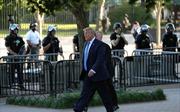 Tổng thống Trump đi bộ đến nhà thờ bị đốt trong biểu tình