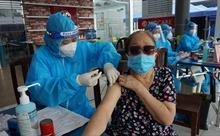 Người cao tuổi ở TP Hồ Chí Minh vui mừng khi được tiêm vaccine COVID-19