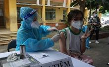 Học sinh TP Hồ Chí Minh phấn khởi đi tiêm vaccine phòng COVID-19