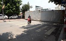 Dùng xe tải, gạch và thùng container làm 'chốt' chống dịch ở Hà Nội