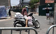 Người dân tiếp tế cho người thân trong khu vực phong tỏa phường Chương Dương