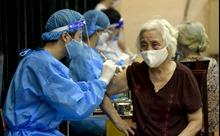 Người cao tuổi vui mừng vì được tiêm vaccine phòng COVID-19