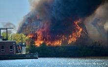 Video nhà máy 99 năm tuổi bốc cháy ngùn ngụt, đổ sập trong hỏa hoạn
