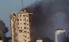 Khoảnh khắc tòa nhà cao tầng thứ 3 ở Gaza bị tên lửa Israel đánh sập