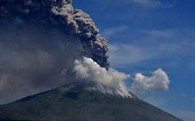 Núi lửa Indonesia tuôn trào, hàng ngàn người chạy loạn