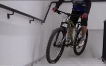 Leo tòa nhà 33 tầng bằng xe đạp