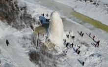 Nước phun khỏi giếng, đóng thành 'tháp băng' cao 10 mét