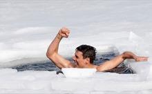Lập kỷ lục thế giới nhờ nín thở bơi 81 mét dưới hồ băng