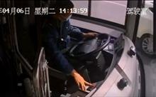 Video người lái xe buýt cố tấp vào lề đường trước khi bất tỉnh