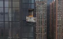 Gió giật mạnh thổi bay giàn đỡ, hai thợ lau kính nhà cao tầng thiệt mạng