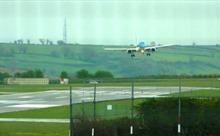 Thót tim cảnh máy bay chở khách chòng chành hạ cánh giữa gió lớn