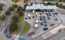 Cảnh tượng ô tô xếp hàng dài chờ đổ xăng ở Anh do nhu cầu tăng đột biến