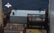 Video đội chống khủng bố Nga đột kích tàu container bị cướp biển tấn công