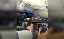 Video hành khách dùng ô che mưa khi đi trên máy bay