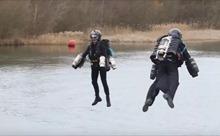Hải quân Anh mặc đồ bay 'Người Sắt' diễn tập đổ bộ tàu chiến