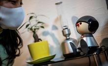 Robot 'thú cưng' giúp người Nhật Bản bớt cô đơn trong dịch COVID-19