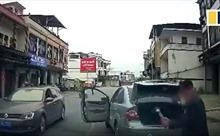 Bị nhấn còi nhắc nhở, lái xe tức giận đập nhiều nhát vào ô tô phía sau