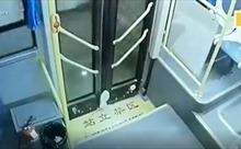 Xuống xe buýt bị kẹt chân vào cửa, cô bé bị kéo lê một đoạn dài
