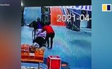 Video người phụ nữ cứu cụ ông ngồi xe lăn lao xuống thang cuốn