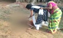 Video thương tâm mẹ ngăn con gái mang nước cho cha mắc COVID-19 tại Ấn Độ