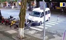Video thót tim bé gái lao qua đường suýt bị ô tô đâm trúng tại Trung Quốc