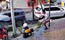 Thót tim cảnh bố cứu con trai chơi ô tô điện lao xuống bậc thang