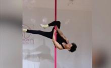 Ngỡ ngàng với khả năng múa cột siêu đỉnh của cụ ông 72 tuổi ở Trung Quốc