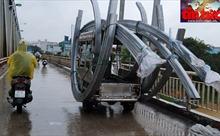 'Nhức mắt' xe gắn máy chở hàng 'quá khổ' vi phạm luật giao thông