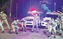 Cảnh sát Ấn Độ nhảy múa cổ động người dân phòng chống COVID-19