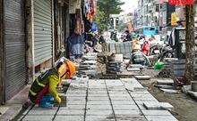 Người dân phố Khâm Thiên 'méo mặt' vì vỉa hè bị đào xới cuối năm