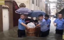Cảnh sát Trung Quốc dùng bồn tắm đưa thí sinh đi thi đại học giữa dòng nước lũ