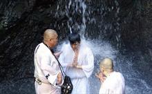 'Thiền thác nước' đập tan mọi căng thẳng trong mùa dịch tại Nhật Bản