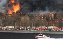 Cháy lớn lan ra hơn 4.000m2 nhà máy lịch sử ở St. Petersburg