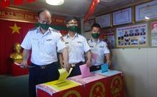 Cán bộ, chiến sĩ tàu Cảnh sát biển 9003 thực hiện quyền và nghĩa vụ công dân trên biển