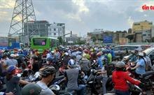 TP Hồ Chí Minh: Kẹt xe kinh hoàng trên đoạn đường qua công trình xây dựng cầu Bưng