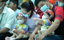 Hai bé Trúc Nhi và Diệu Nhi đón Tết Trung thu ở bệnh viện