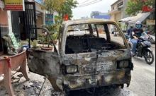 Xe ô tô đột nhiên bốc cháy trơ khung sắt
