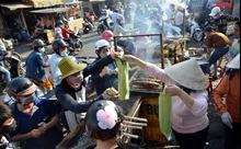 Người dân TP Hồ Chí Minh xếp hàng mua cá lóc nướng ngày vía Thần Tài