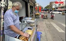Không về nước vì dịch COVID-19, 'ông Tây' bán chuối chiên mưu sinh ở vỉa hè TP Hồ Chí Minh