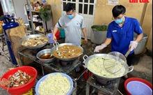 Bếp ăn nghĩa tình nấu hơn 5.000 suất cơm mỗi ngày ủng hộ tuyến dầu chống dịch