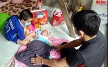Vợ mất sau khi sinh vài ngày, người đàn ông 'gà trống' nuôi hai con giữa dịch COVID-19