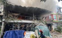 Khói lửa cuồn cuộn trong vụ cháy nhà kho cung cấp dịch vụ cưới ở TP Hồ Chí Minh