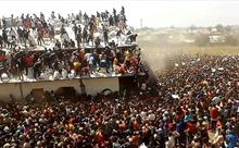 'Biển người' đổ về nhà kho cứu trợ thực phẩm tại Nigeria