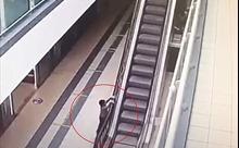 Video bé 4 tuổi rơi từ độ cao 6 m do bám vào thành cầu thang máy