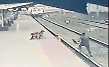 Thót tim cảnh em nhỏ được cứu ngay trước mũi tàu hỏa