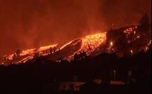 Video núi lửa phun trào, chực chờ 'nuốt chửng' các căn nhà ở Tây Ban Nha