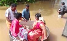 Cặp đôi ngồi trên nồi khổng lồ vượt nước lũ làm đám cưới