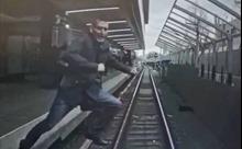 Video tài công Nga phanh kịp thời khi người đàn ông lao mình trước mũi tàu