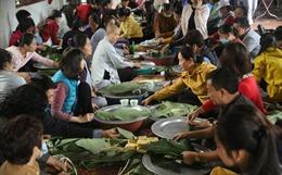Nhà chùa gói hàng nghìn chiếc bánh chưng chay hỗ trợ đồng bào miền Trung