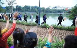 Thủ tướng Nhật Bản Suga Yoshihide đi dạo Hồ Gươm, vẫy tay chào người dân Hà Nội